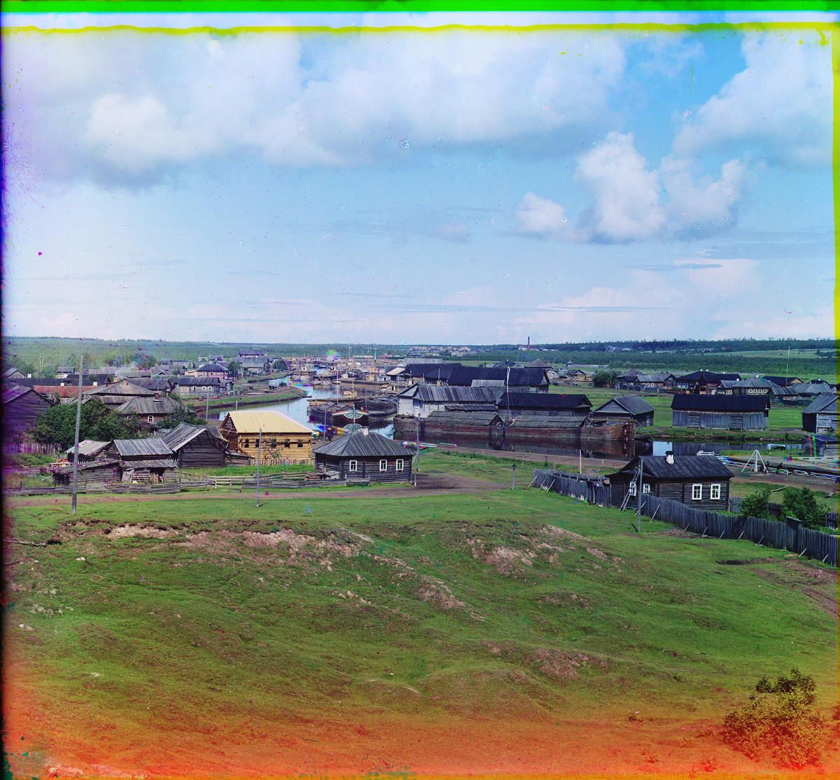 Vytegra. Vue de la partie nord-ouest de la ville. Maisons en bois le long de la rivière Vytegra et l'écluse Saint Serge de Radonège du canal Mariinsk