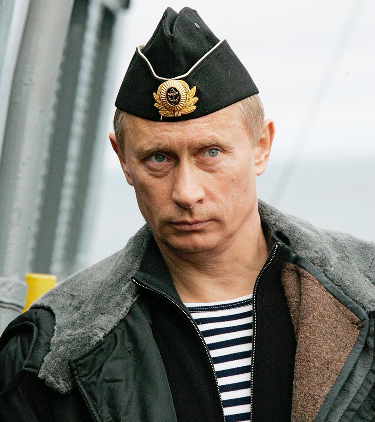 Presiden Rusia Vladimir Putin menyaksikan Armada Utara di Laut Barentsevo dari kapal penjelajah rudal nuklir Pyotr yang Agung.