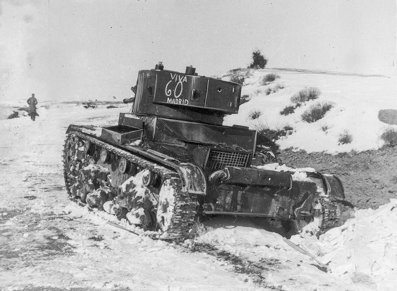 Un carro armato di produzione sovietica T-26 durante la Battaglia di Teruel (dicembre 1937-febbraio 1938)