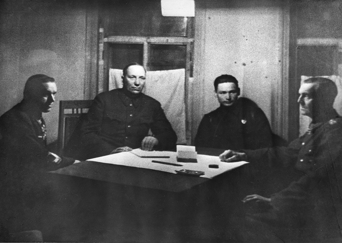 Rokossovskij con il generale tedesco Friedrich Paulus, arresosi ai sovietici a Stalingrado