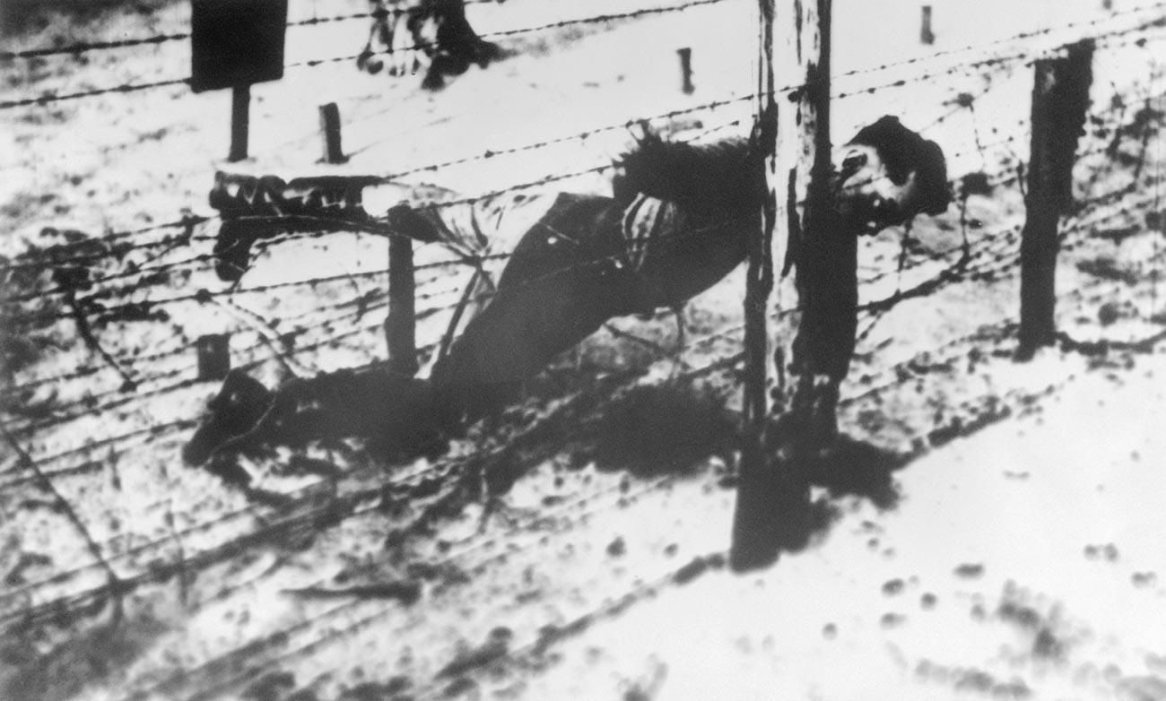 Il corpo senza vita di Jakov Dzhugashvili contro il filo spinato del Campo di concentramento di Sachsenhausen