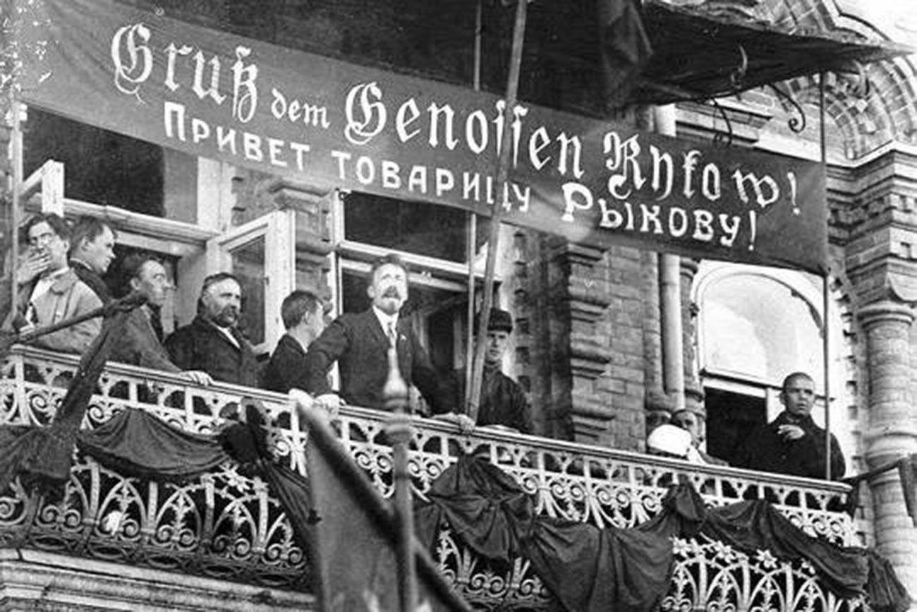 Der Vorsitzende des Rates der Volkskommissare, Alexei Rykow, spricht bei einer Kundgebung in Engels, der Hauptstadt der Autonomen Sozialistischen Sowjetrepublik der Wolgadeutschen. (1924)