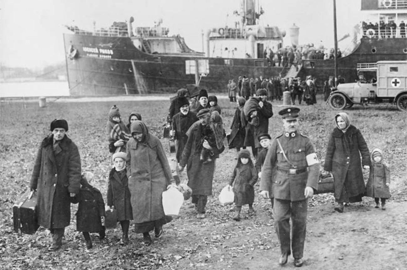 Am 2. Dezember 1929 siedeln Wolgadeutsche unter der Anleitung von Rotkreuz-Mitarbeitern nach Deutschland um.
