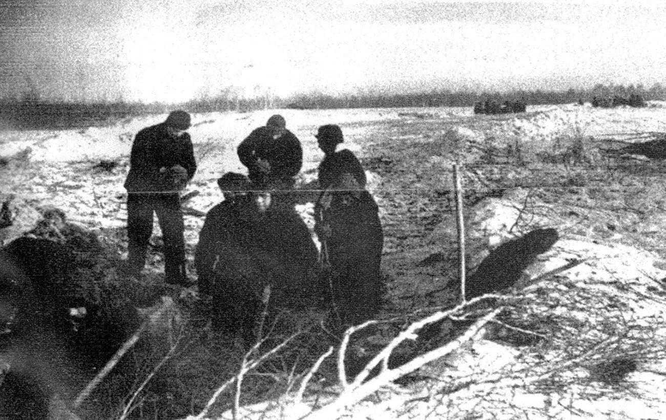 """Die ersten deutschen Zwangsarbeiter (Trudarmisten) beim Schneeräumen im Arbeitslager """"Bakalstroj"""" im Gebiet Tscheljabinsk, März 1942"""