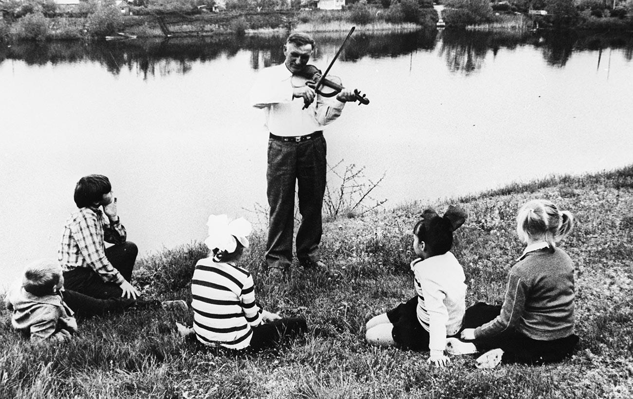1980 kehrte die deutsche Familie Seitz aus Kasachstan in die Wolgaregion zurück. Der Vater spielt auf der Geige.