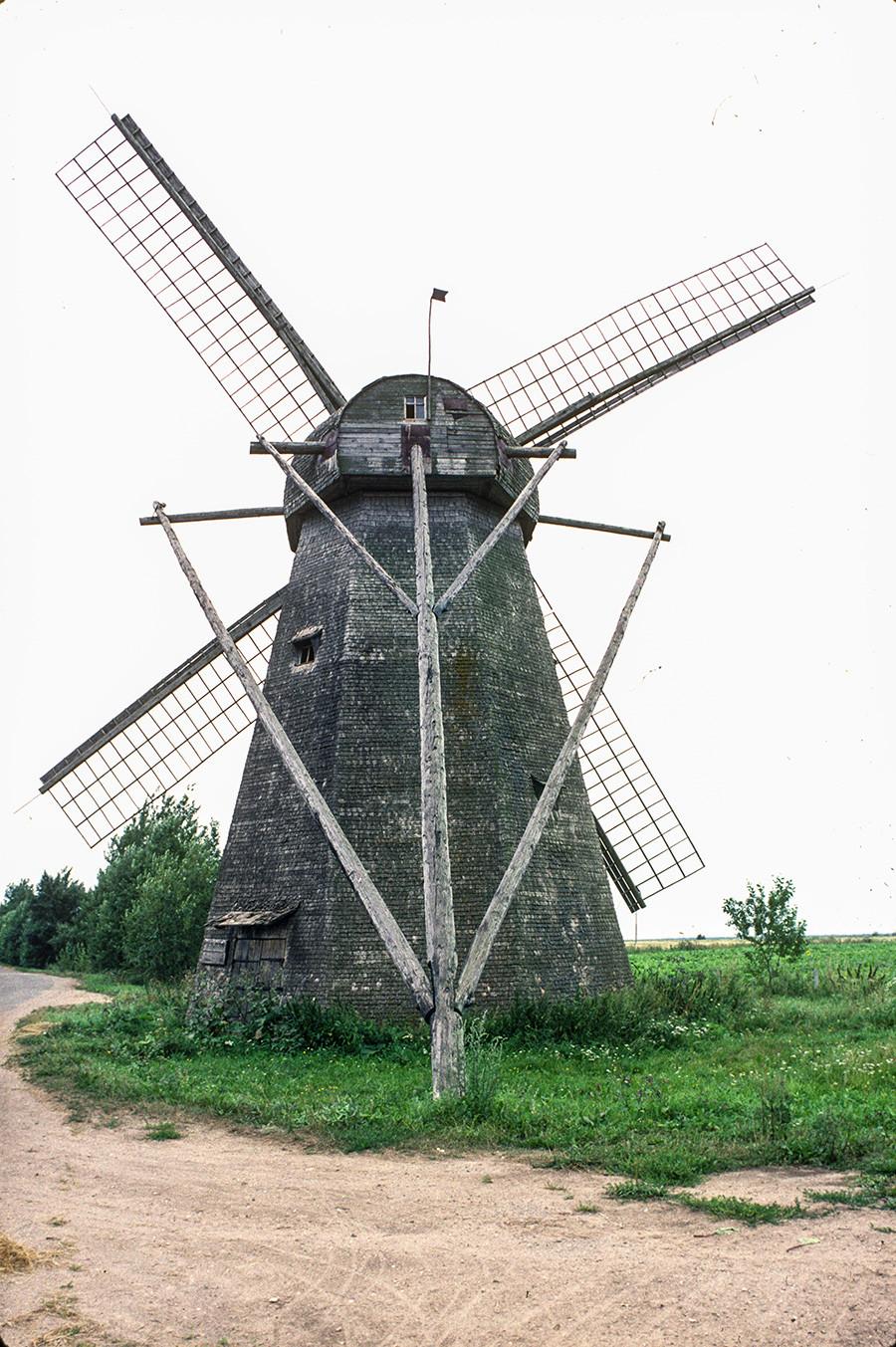 Seltso (Novgorod Region). Tower windmill, back view. August 11, 1994