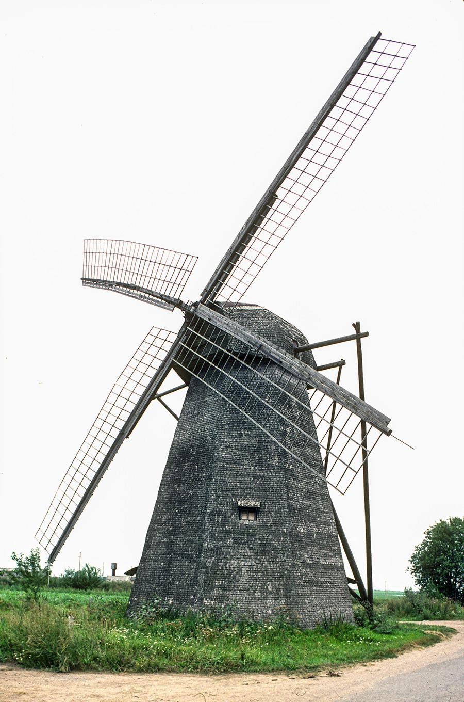 Seltso (Novgorod Region). Tower windmill near Trinity-St. Mikhail Klopsky Monastery. August 11, 1994
