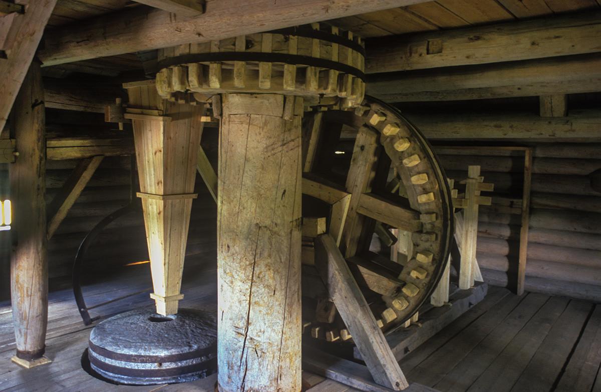 Malye Korely Museum. Kalgachikha post windmill, interior with milling mechanism. June 23, 2003