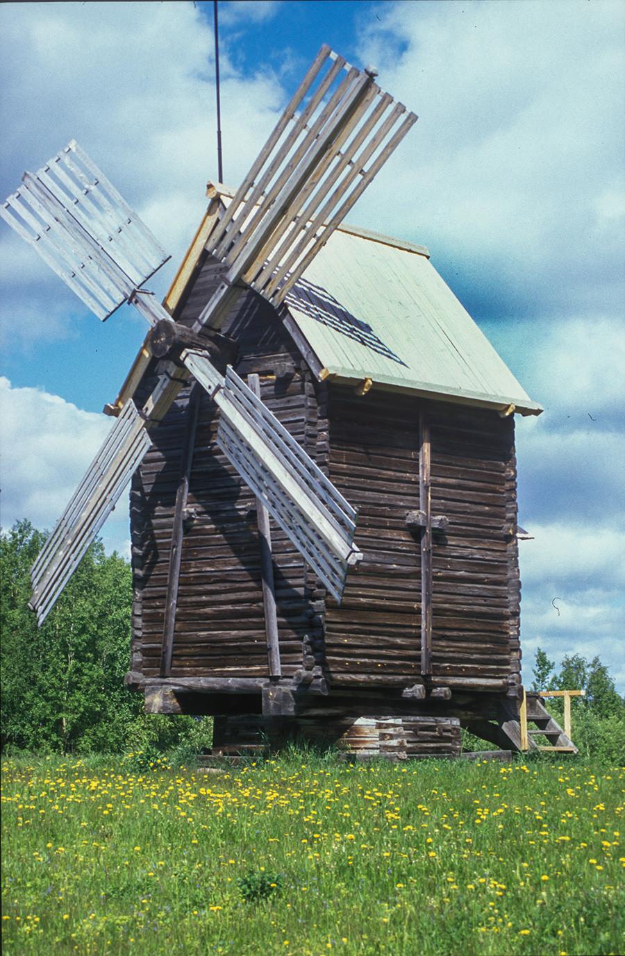 Malye Korely Museum. Post windmill originally at Kalgachikha village. Mill structure turns on low base. June 23, 2003