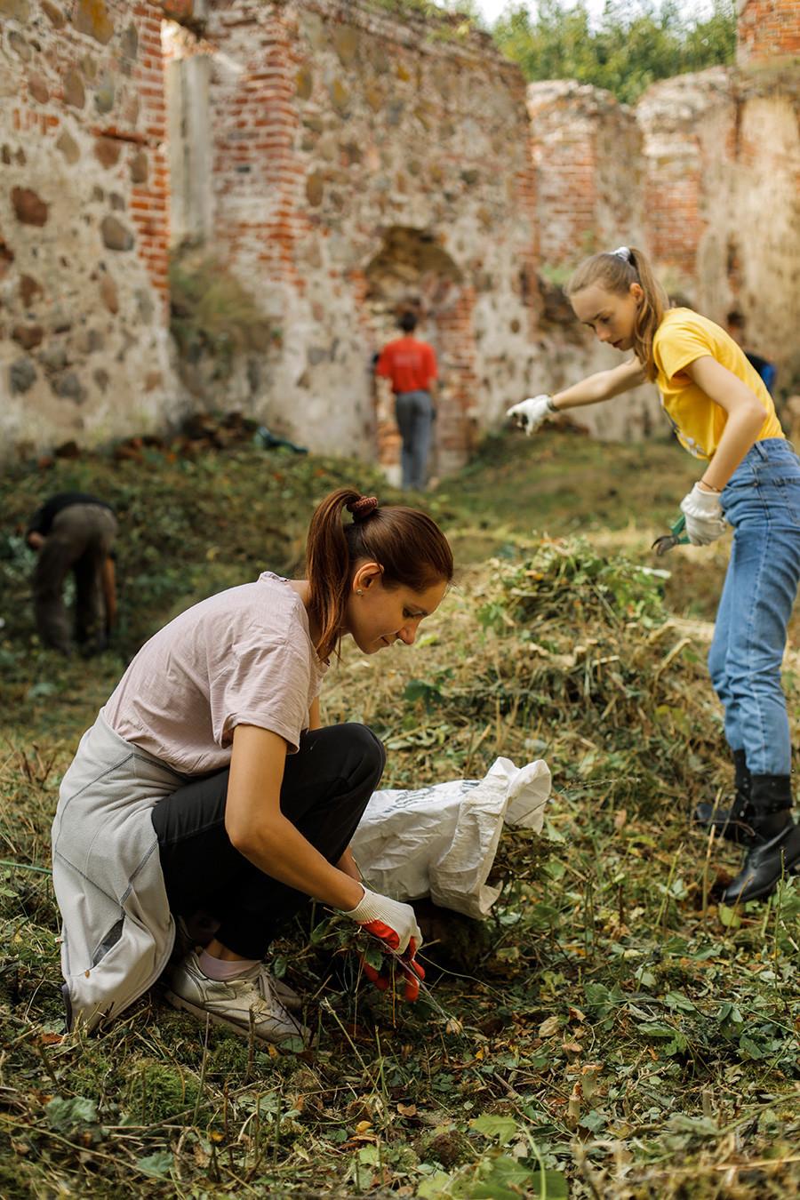 Voluntários limpam a igreja de Santa Bárbara, em Khrabrovo (anteriormente, Powunden).