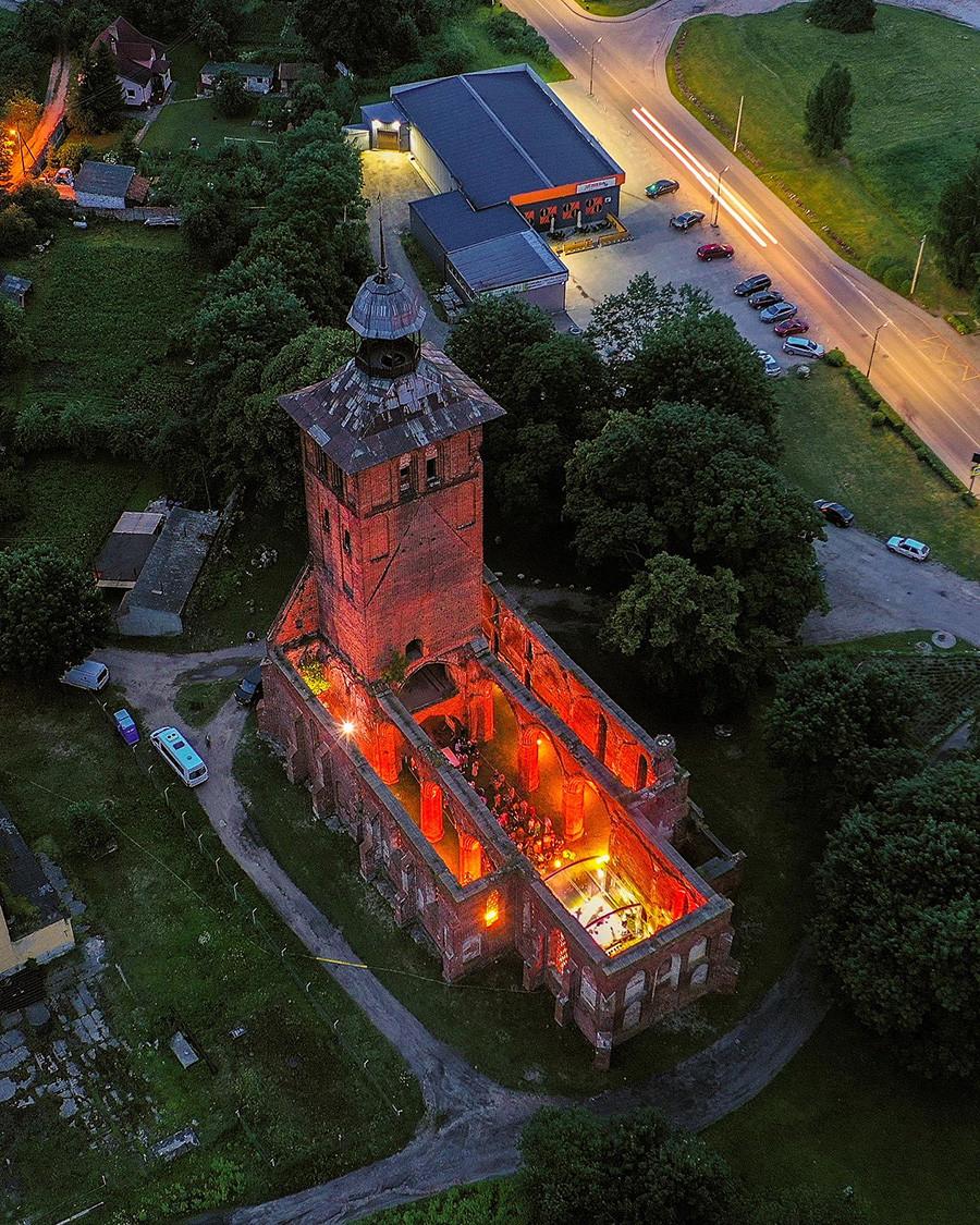 Banda de Mgzavrebi dá show nas ruínas da Igreja de São Jacó em Wehlau (Znamensk).