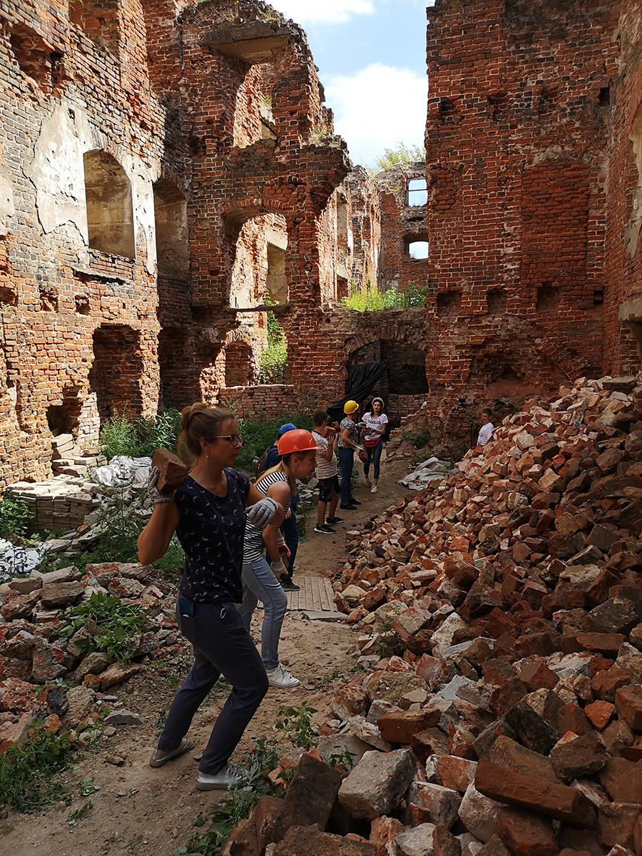 Voluntários limpam arredores do castelo Ragnit.