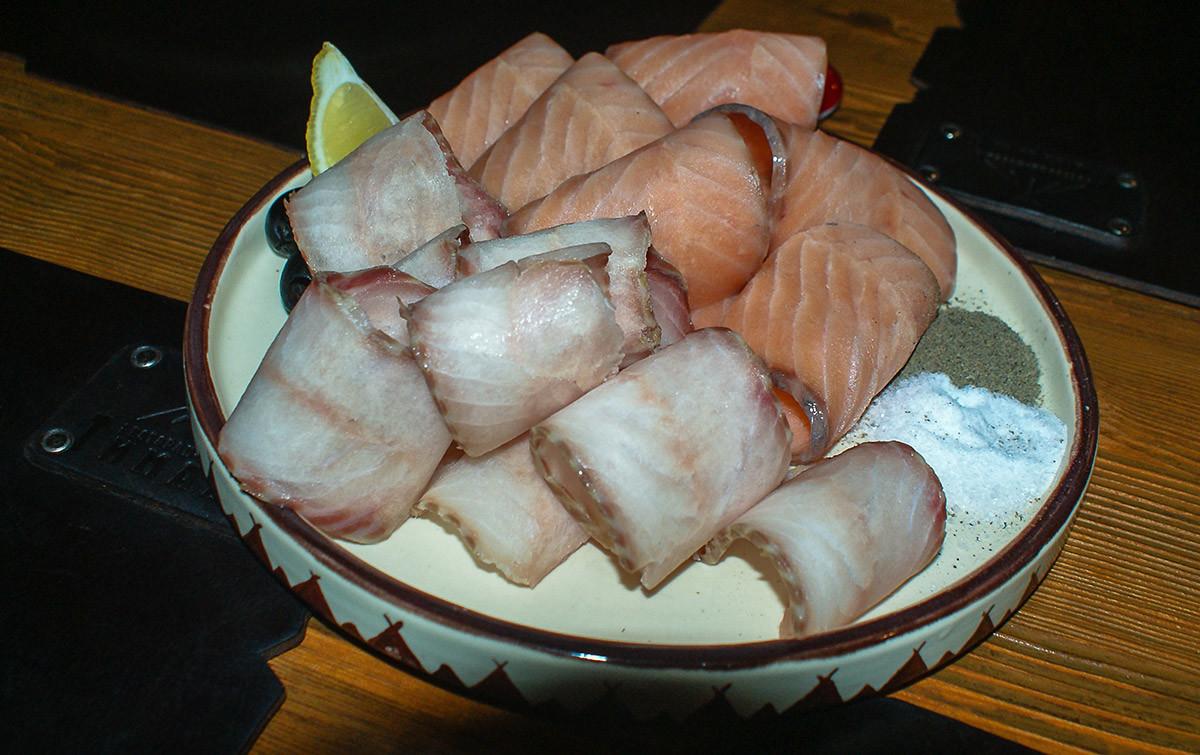 Salah satu hidangan di toko makanan ikan lokal.