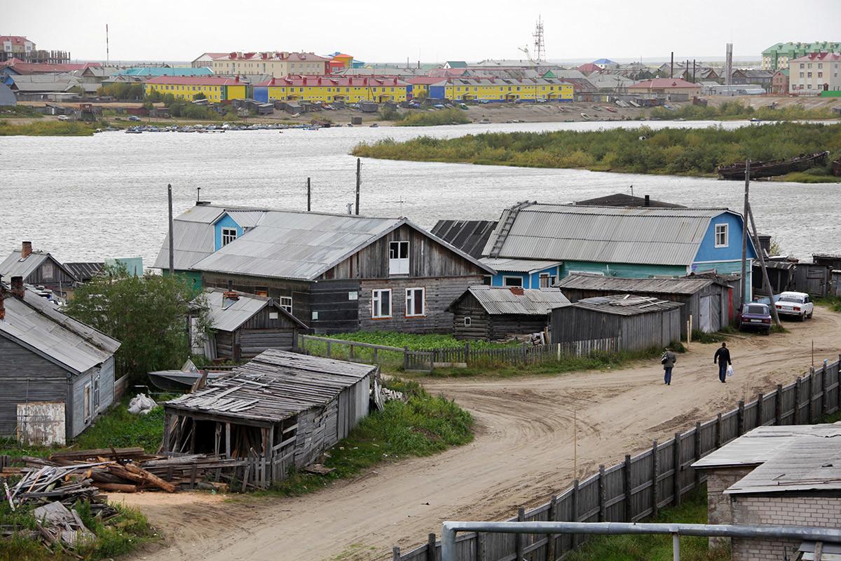 Sungai Pechora di Naryan-Mar.