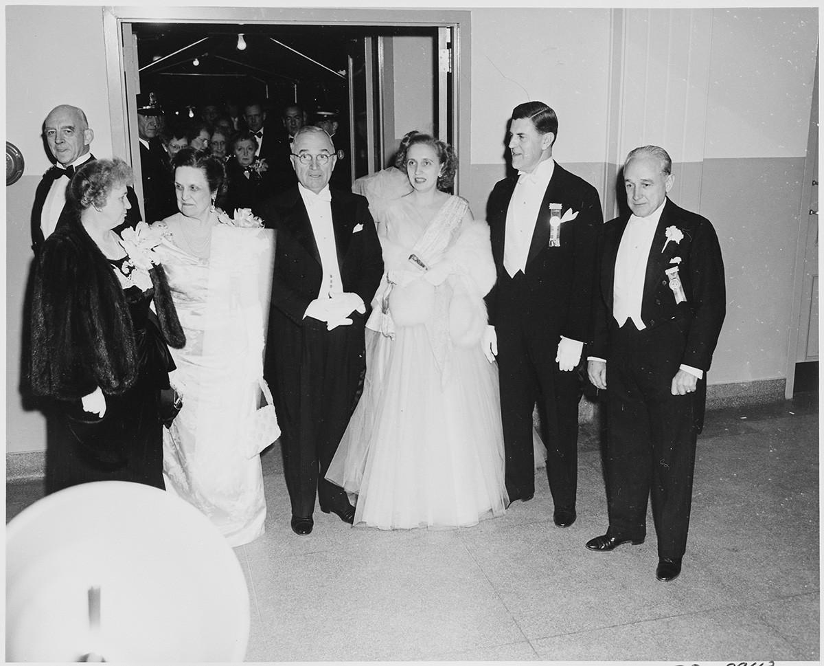 Perle Mesta (kedua dari kiri) dan Presiden AS Harry S. Truman (tengah) dalam Pesta Pelantikan di National Guard Armory, Washington, D.C., 1949.