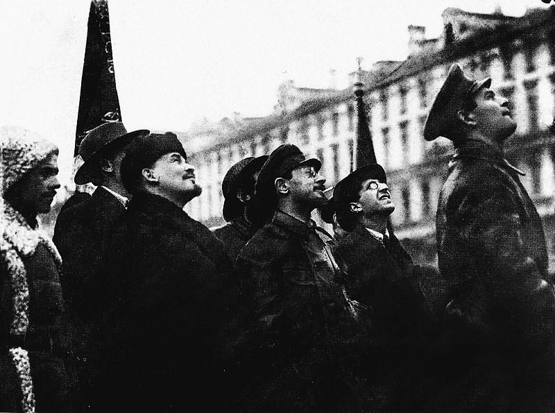 Yákov Mijáilovich Sverdlov (en el centro) junto a Lenin.