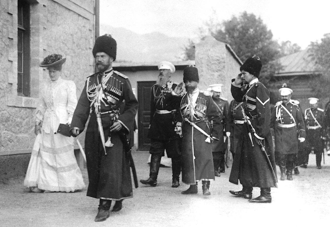 Aleksandra Fjodorovna e Nicola II (con indosso un'uniforme cosacca), accompagnati dai cosacchi della Scorta, Livadia, Crimea, 1913