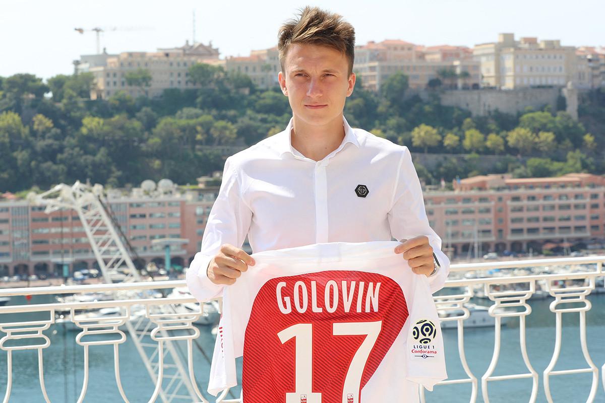 Александър Головин позира с фланелката си по време на представяне на новите играчи на клуба на 20 август 2018 г. в хотел