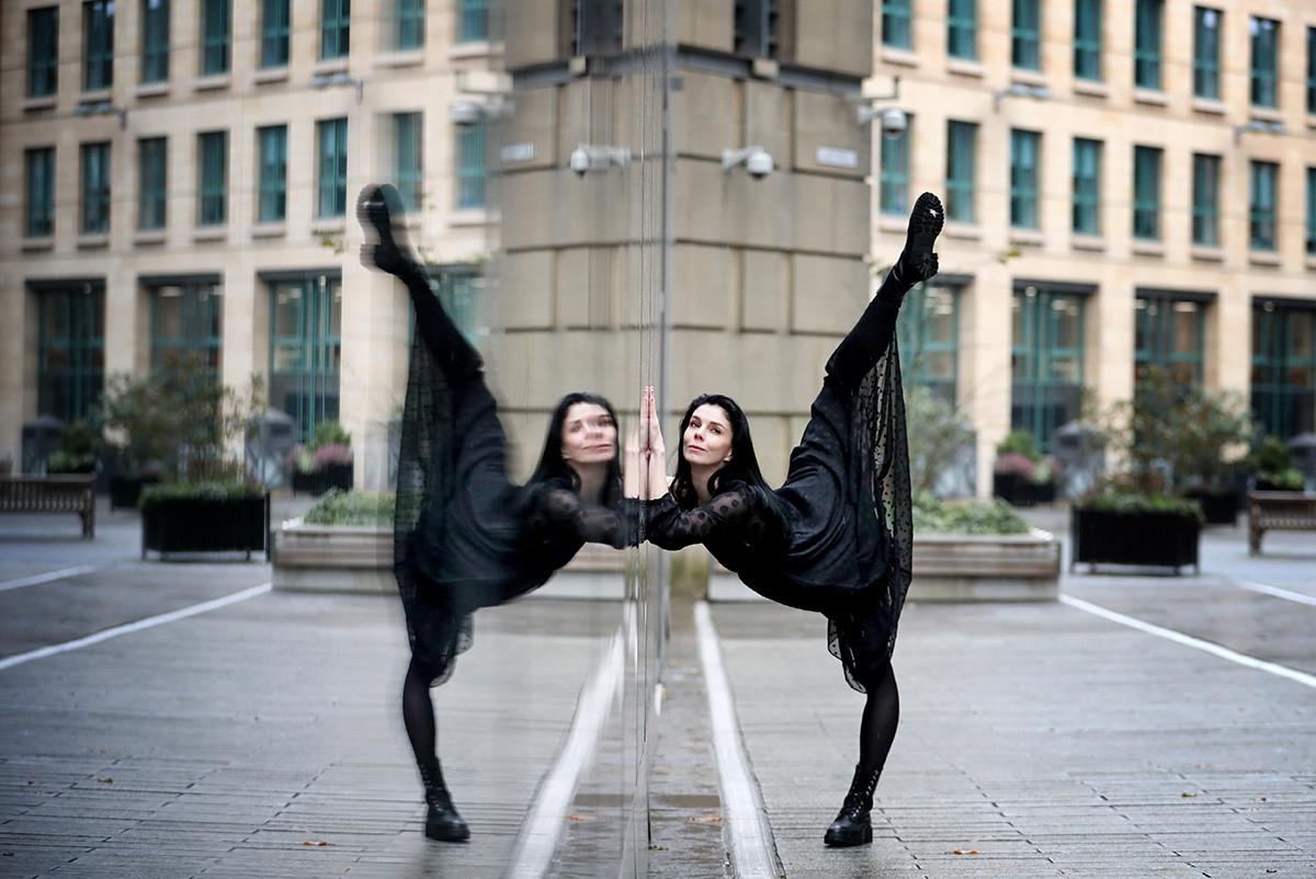 Примабалерината на Кралския балет, Наталия Осипова, изпълнява извън Международния конферентен център в Единбург, като участва в новия съвременен балет