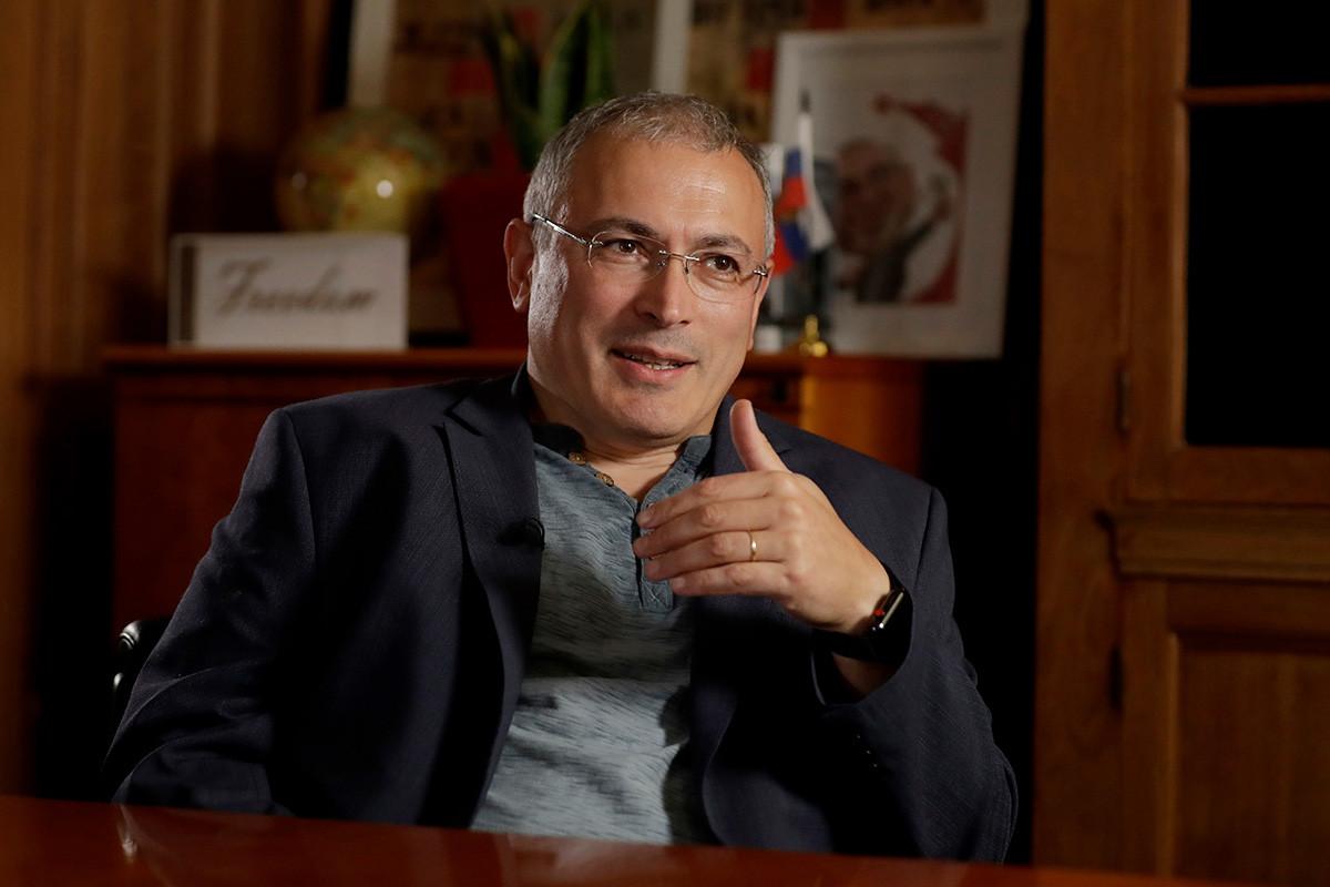 Руският опозиционер Михаил Ходорковски говори по време в интервю за The Associated Press в Лондон, 24 юли 2018 г.