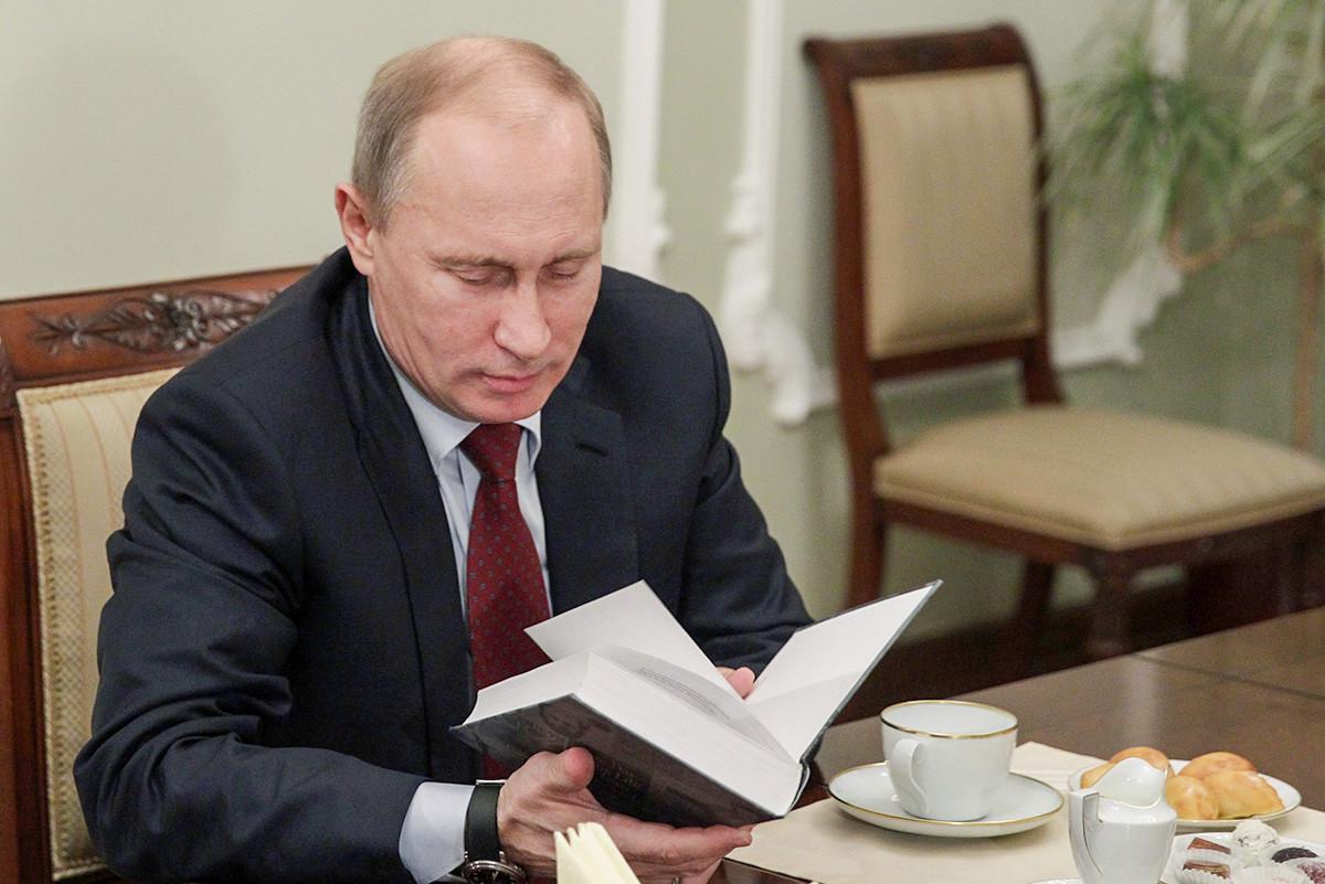 Владимир Путин во время встречи с президентом Русского общественного фонда А.Солженицына, членом попечительского совета премии