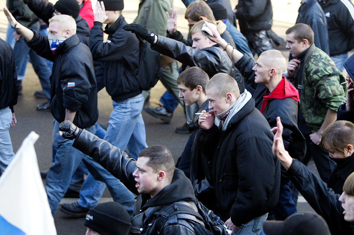 Manifestantes gritam palavras de ordem durante uma marcha organizada por organizações ultranacionalistas, no então novo feriado do Dia da Unidade Nacional no centro de Moscou, em 4 de novembro de 2005, pedindo o fim da