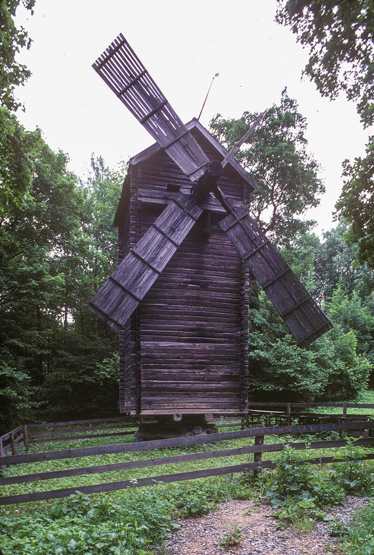 Muzejski park v Nižnjem Novgorodu. Mlin na veter, prvotno v vasi Petuhovo (Gorodetska regija). Struktura mlina se vrti na nizkem nivoju. 23. junij 1996