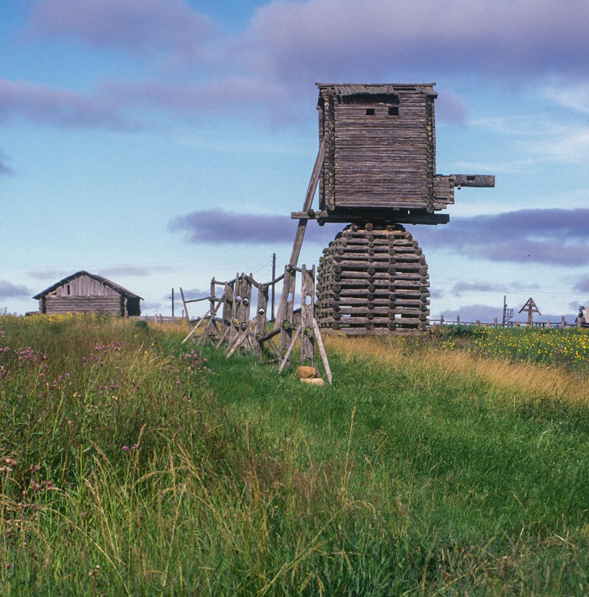 Kimža. Mlin na veter. Skrajno desno: križi na vaškem pokopališču. 2. avgust 2000