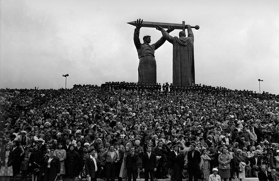 Ob vznožju spomenika Zaledje fronti