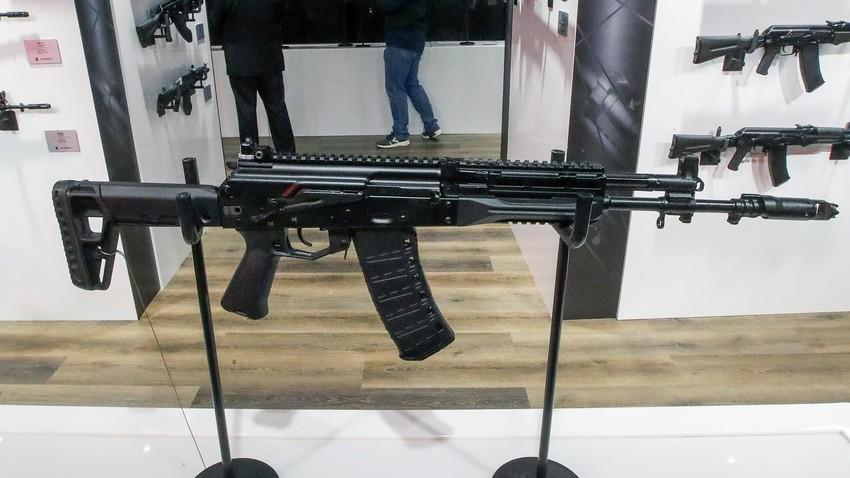 """АК-12 за спацназа на щанда на """"Калашников"""" на международното военнотехническо изложение """"Армия 2021"""" в парка """"Патриот"""""""