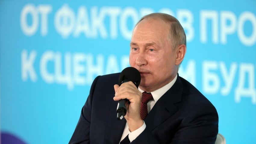 """Владимир Путин разговаря с ученици и студенти на среща, посветена на Деня на знанието в детския център """"Океан"""" във Владивосток"""