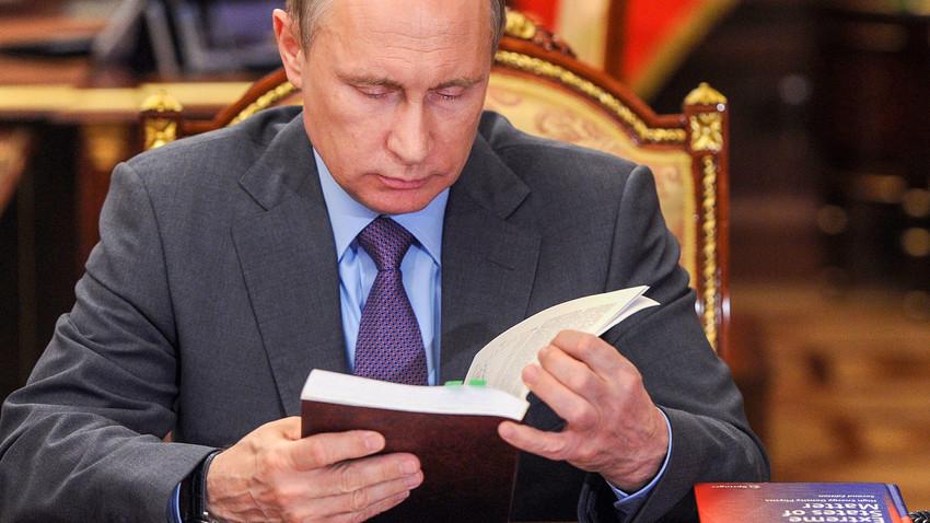 Vladimir Putin selama pertemuan dengan kepala Akademi Ilmu Pengetahuan Rusia, 2016.
