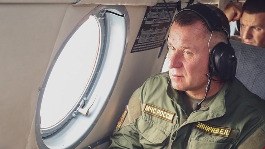 Yevgeny Zinichev saat menginspeksi kebakaran hutan yang melanda wilayah Yakutia, Timur Jauh, Rusia.