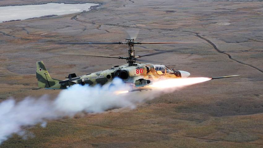 Pilotos da aviação do exército do Distrito Militar do Sul lançam míssil antitanque guiado Vikhr-1 durante treinamento em helicóptero Ka-52.