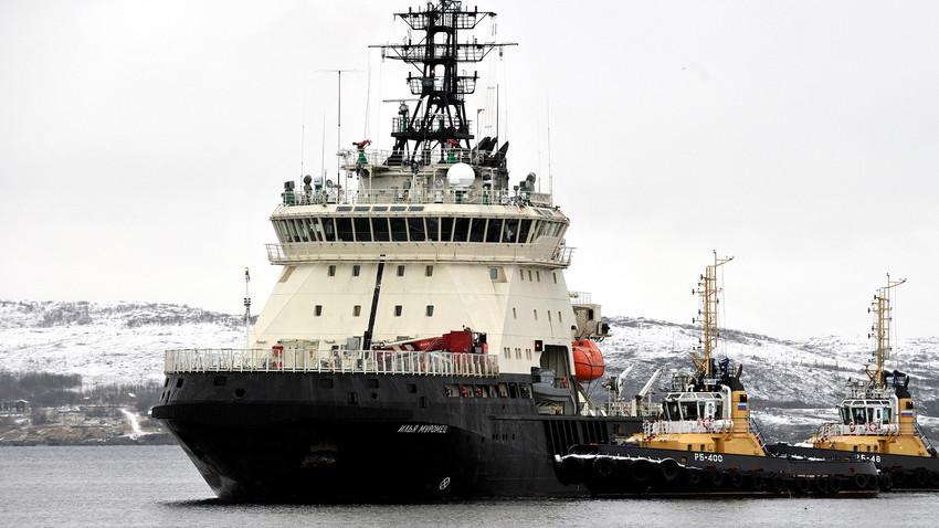 Un brise-glace russe de retour au port maritime de Severomorsk d'une expédition d'exploration des archipels de l'Arctique organisée par la Société russe de géographie et la Flotte du Nord de la Russie