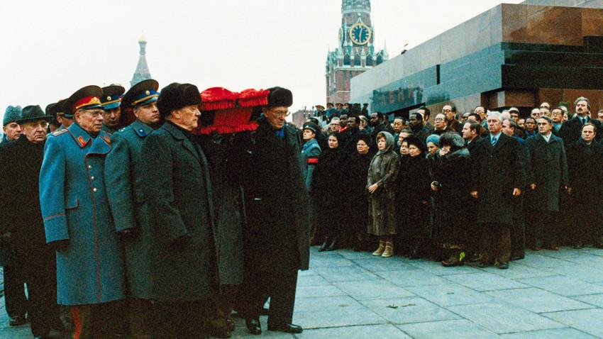 Para pemimpin Partai Komunis Soviet ikut serta memanggul peti mati Leonid Brezhnev di depan Mausoleum Lenin, Lapangan Merah, selama prosesi pemakaman.
