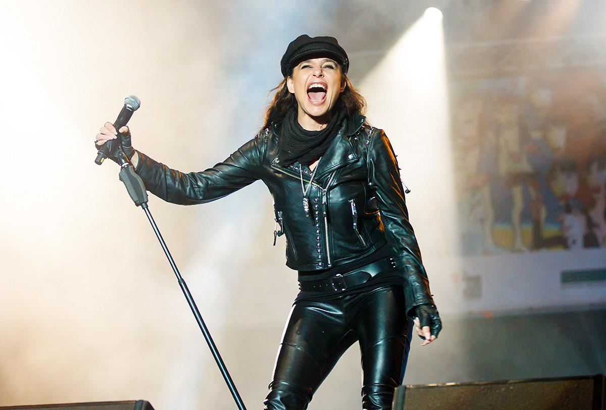Sängerin Julia Neigel tritt live während des Konzerts Rock Gegen Rechts am 2. Dezember 2011 in Jena auf. Die Veranstaltung ist eine Reaktion auf die Morde an einer Polizistin und zehn meist türkischen Kleinunternehmen Besitzer in ganz Deutschland von einem Neonazi-Trio.