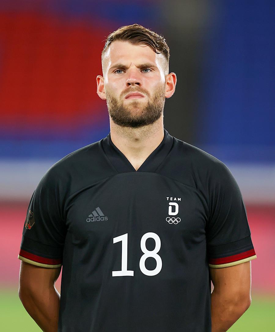 Eduard Loewen #18 steht für die Nationalhymne vor dem Spiel der ersten Runde der Gruppe D der Männer zwischen Saudi-Arabien und Deutschland am zweiten Tag der Olympischen Spiele in Tokio 2020 im International Stadium Yokohama am 25. Juli, 2021.