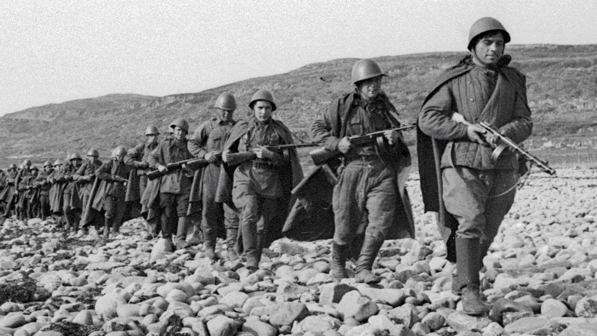 Des mitrailleurs soviétiques en route vers la ligne de tir