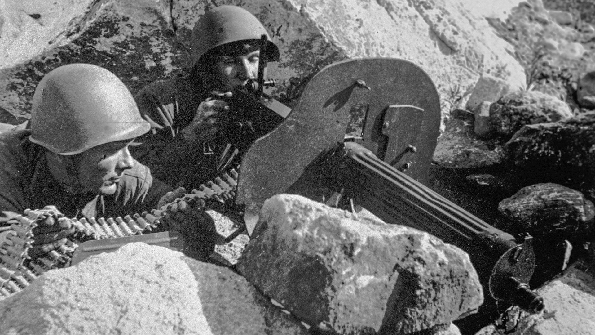Des mitrailleurs soviétiques à une position de tir dans la région de Mousta-Tountouri