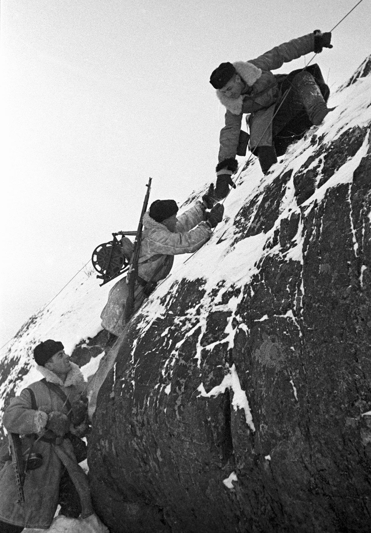 Des soldats soviétiques chargés des communications. Péninsule de Rybatchi, Flotte du Nord.