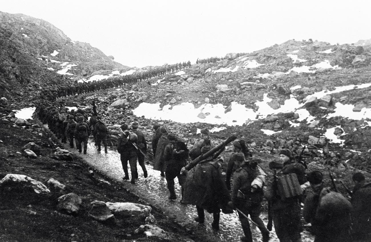 Des soldats soviétiques traversent la crête Mousta-Tountouri