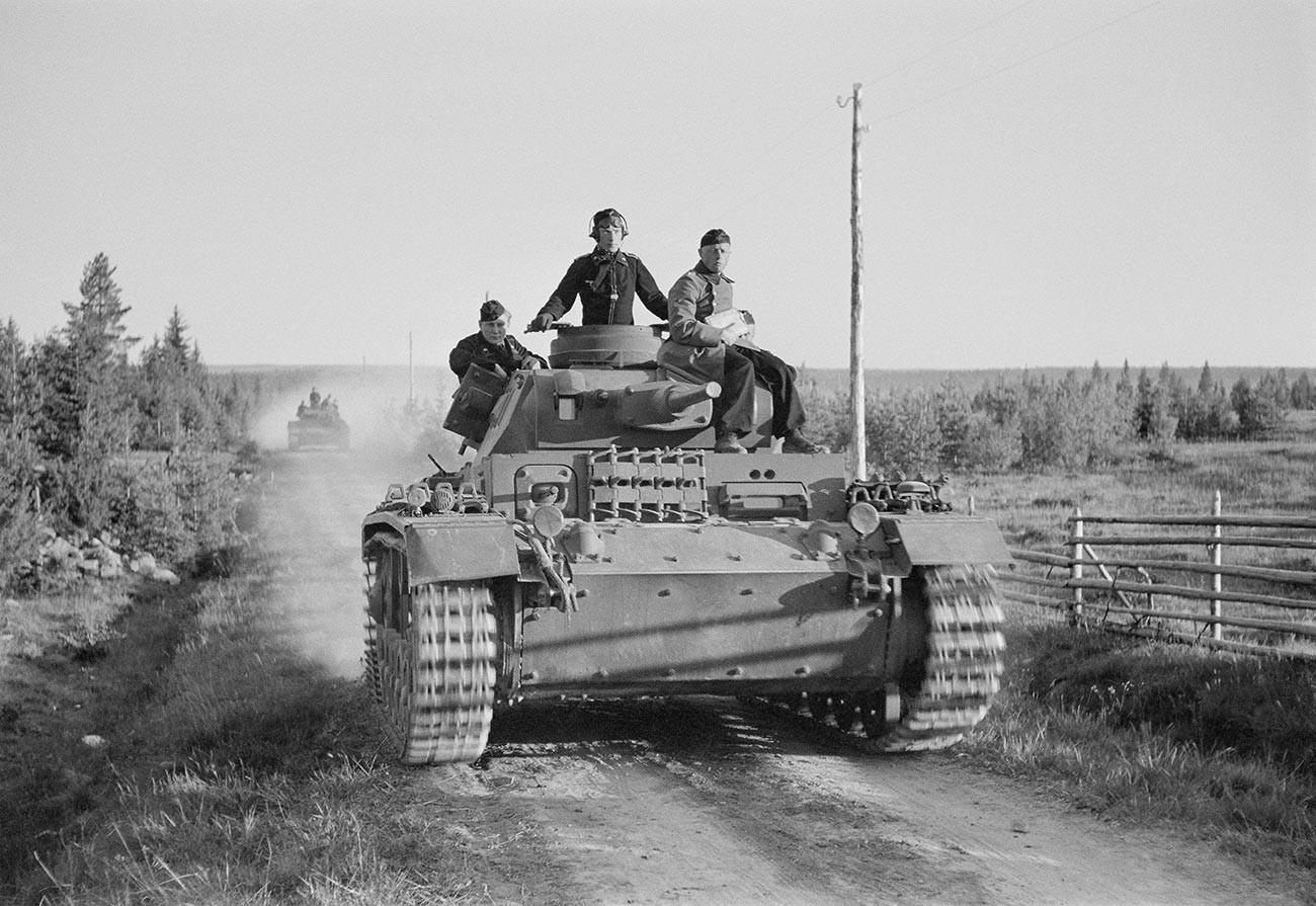 Colonne de chars allemande durant l'offensive sur le chemin de fer de Mourmansk, 1941