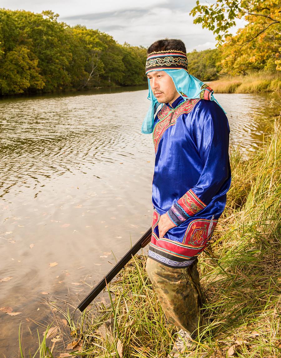 釣りをするウデへ人