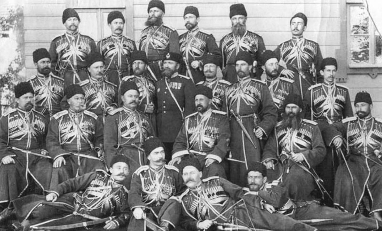 Wladimir Scheremetew (in der Mitte sitzend) unter den Offizieren des Konvois.
