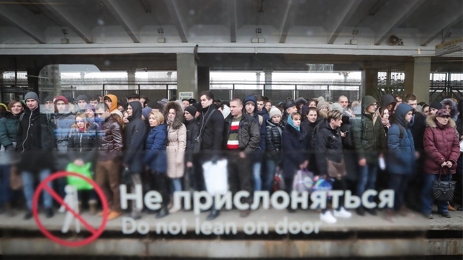 Passagers sur le quai d'une station de métro à Moscou