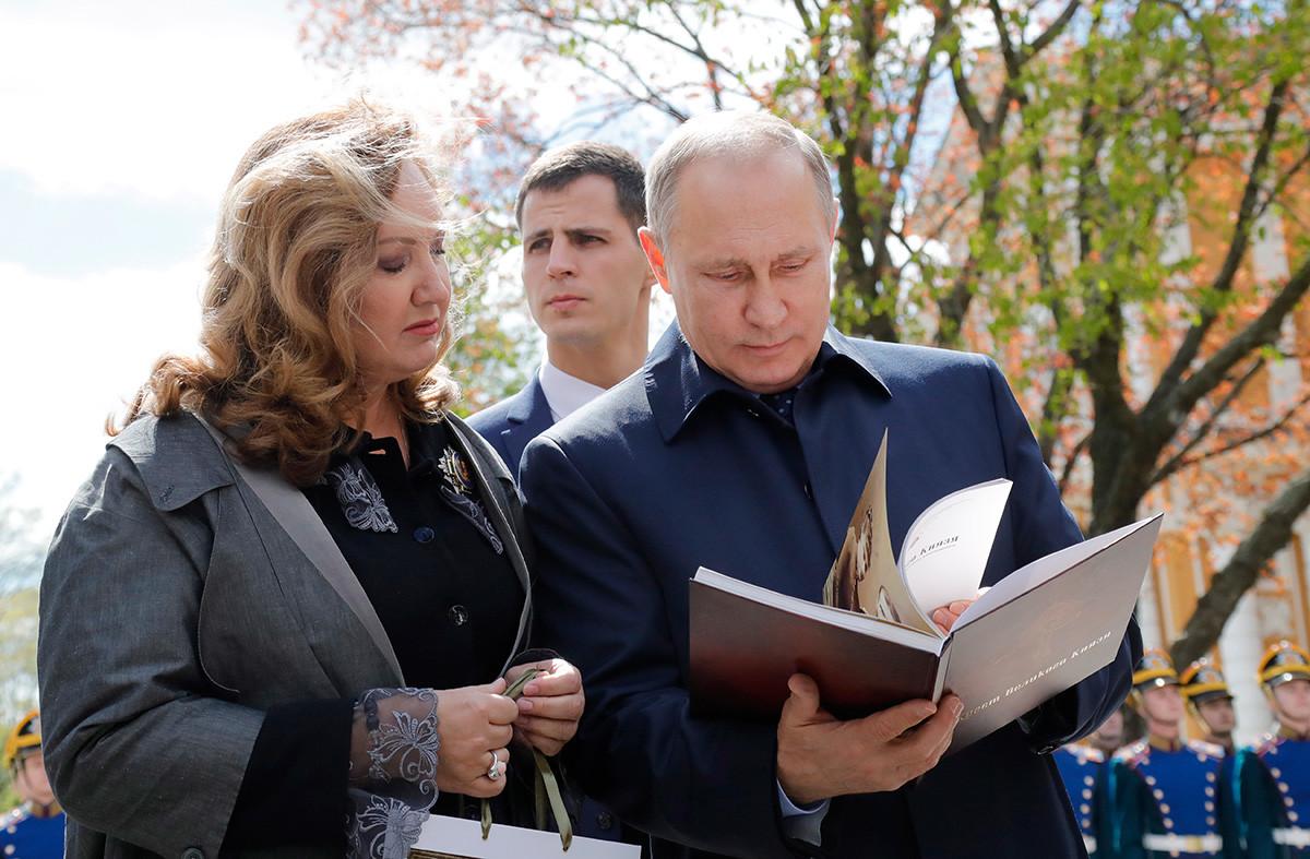 Vladimir Putin bersama Ketua Dewan Pengawas Yayasan Masyarakat Pendidikan Yelisaveta dan Sergiy, Anna Gromova, di Kremlin Moskow, 2017.
