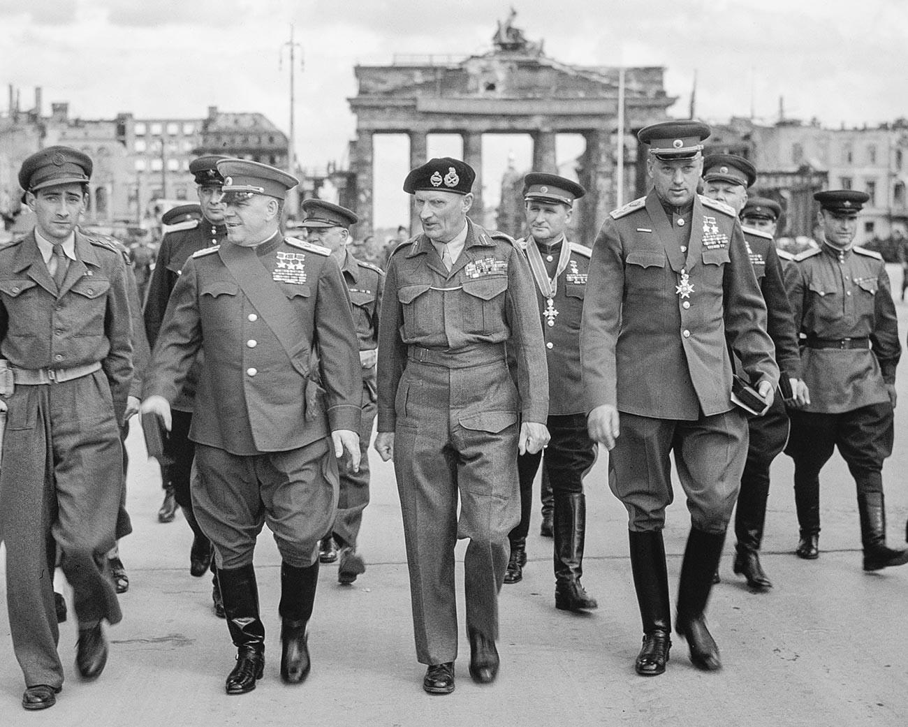 Le maréchal Gueorgui Joukov, le maréchal britannique Bernard Montgomery et le maréchal Constantin Rokossovski à Berlin