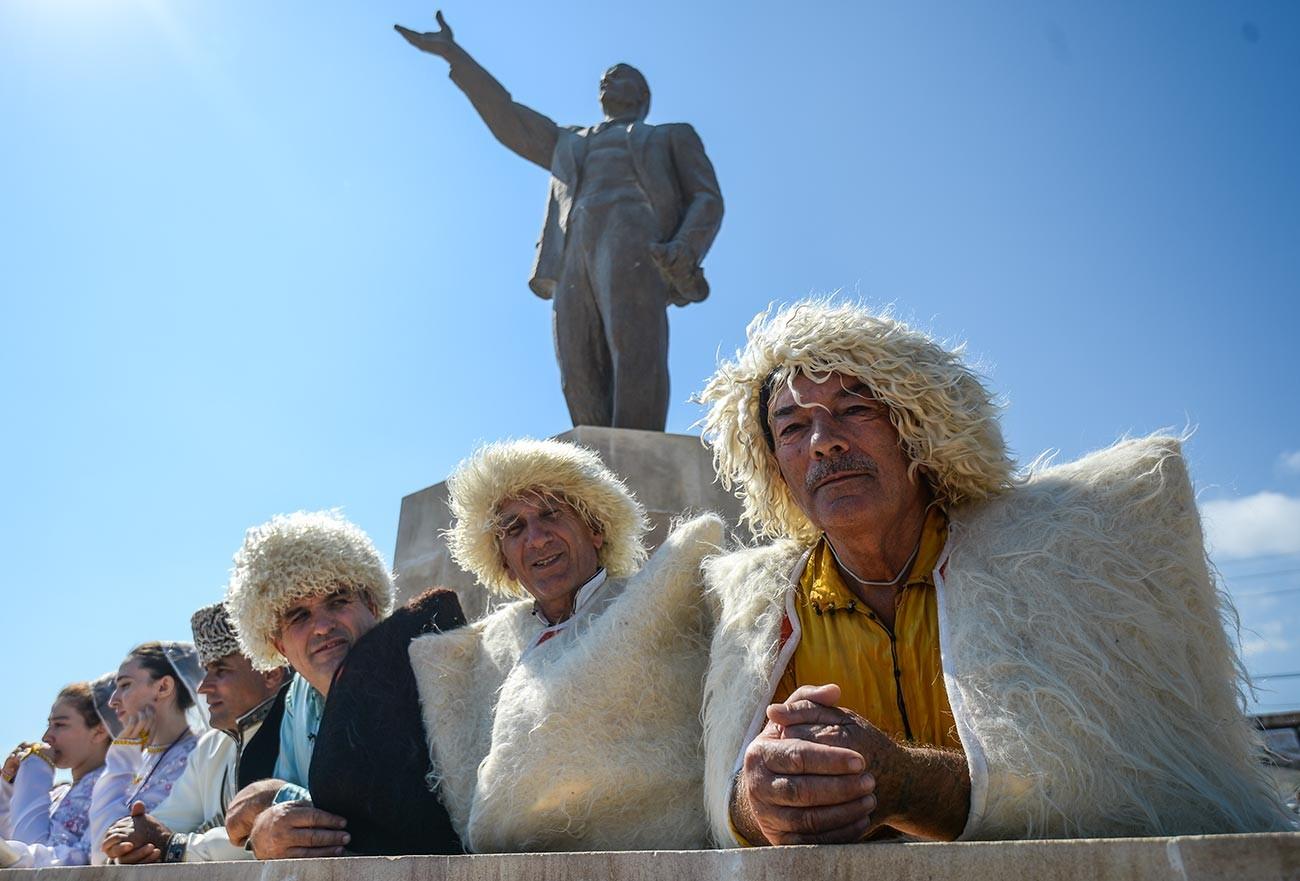 Участники фестиваля национальных культур и подворий народов Дагестана на площади Свободы в рамках празднования 2000-летия Дербента.