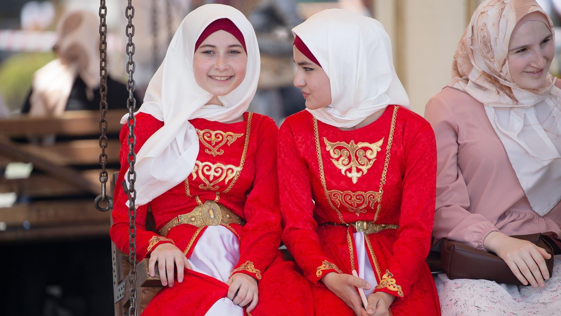 Грозный. Девушки на IV Международном гастрономическом фестивале туризма и активного отдыха